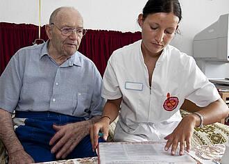 Bürokratie in der Pflege kostet zu viel Zeit und Geld