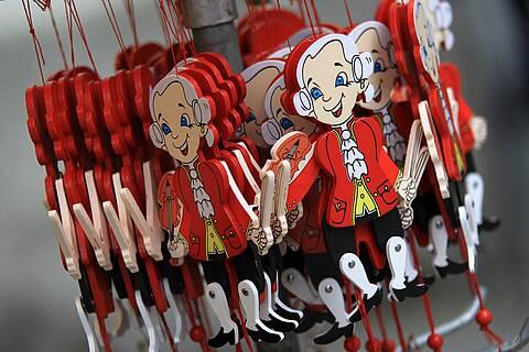 Verkaufsständer mit Mozart-Hampelmännern in Salzburg.
