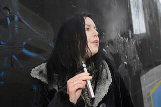 Ob E-Zigaretten wirklich bei der Rauchentwöhnung helfen, weiß man bis heute nicht. Klar ist nur, dass sie keinesfalls harmlos sind