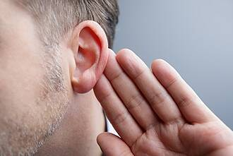 Vielen Menschen gelingt es nicht, Hintergrundgeräusche auszublenden. Dann hilft der Trick mit dem einen Ohr