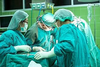 In kleinen Krankenhäusern sterben doppelt so viele Patienten nach einer Darmkrebs-Operation wie in Häusern mit hohen Fallzahlen