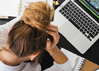 Erschöpft: Wer Stress schlecht verarbeitet, kann ein Burnout entwickeln