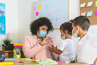Münchner Virenwächter-Studie zeigt kaum Corona-Neuinfektionen an Grundschulen und Kitas von Juni bis November 2020