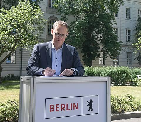 Fusion zwischen Charité und Herzzentrum besiegelt: Michael Müller unterzeichnet für das Land Berlin