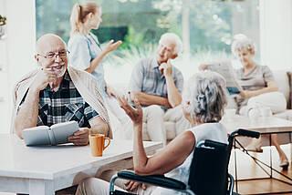 Geimpft und trotzdem ein Corona- Ausbruch im Pflegeheim: Bei älteren Menschen fällt die Impfantwort schwächer aus als bei jüngeren