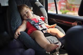 Im Notfall Scheibe einschlagen: Für Kinder wird die Hitze im geparkten Auto lebensbedrohlich