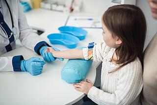 Studie aus Bayern zeigt: In der zweiten Welle waren dreimal mehr Kinder mit SARS-CoV-2 infiziert als bekannt