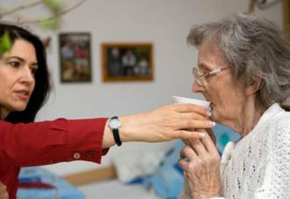 Pflegende Angehörig tragen die Hauptlast der Pflege. Darum wollen die Pflegekassen ihnen mit Entlastungsangeboten entgegenkommen