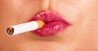 Rauchen kann einen Biofilm im Mund erzeugen, in dem sich pathogene Bakterien festsetzen. Das Infektionsrisiko steigt