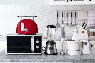 Küchenbuffet mit Toaster, Mixer, Küchengeräten