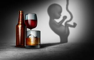 Alkoholische Getränke und das Bild eines Babys mit Nabelschnur.