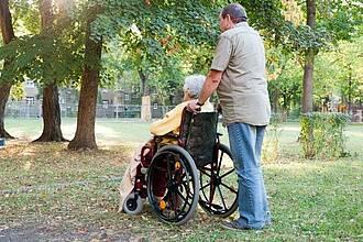 Rund ein Drittel der pflegenden Angehörigen erlebt während der Corona-Krise eine Verschlechterung der Pflegesituation.