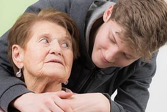 Alte Mutter, junger Sohn: Die Kinder profitieren von den verbesserten Lebensbedingungen ihres Geburtsjahrs
