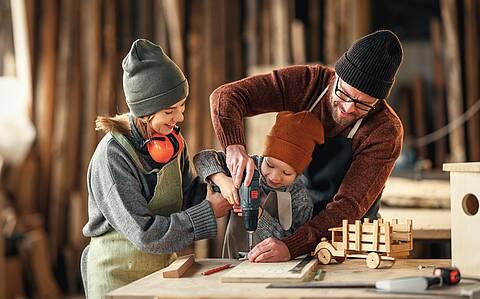 Do it yourself: Familie bastelt Holzspielzeug.