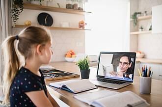 Corona-Zeit: Schülerin alleine zu Hause - Videochat mit Lehrerin