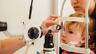 Kind beim Augenarzt.