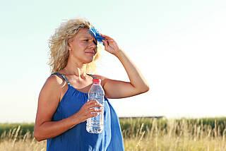 Ein Hitzschlag entsteht, wenn der Körper mehr Wärme aufnimmt als abführt. Abkühlung und viel Trinken lindern die Symptome