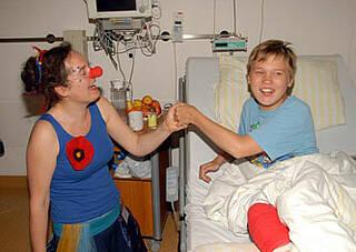 Kinderclowns auf dem Prüfstand: Wissenschaftler wollen Wirksamkeit der Humortherapie nachweisen
