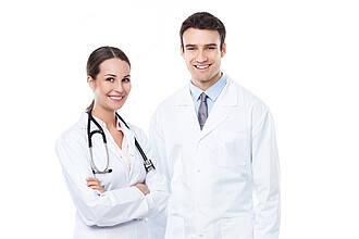 Junge Ärzte, die zusammen arbeiten, stellen gute Diagnosen.