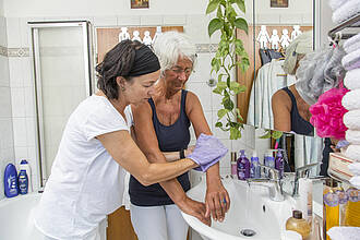 Altenpflegerin wäscht Frau