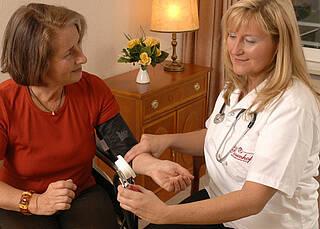 Neue Leitlinie Bluthochdruck: Den Blutdruck öfter mal zu Hause messen