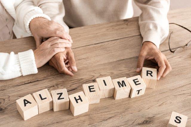 Der Verlauf von Alzheimer ist durch drei Stadien geprägt.