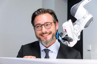 einsatzbereiter Roboter reagiert auf Berührungen