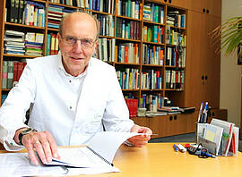 Prof. Norbert Suttorp von der Charité ist überzeugt, dass ein Impfstoff gegen COVID-19 gefunden wird. Hoffnung machen seiner Ansicht nach auch neue Medikamente