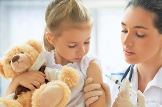 Ob ihr Kind geimpft wird, entscheiden Eltern in Deutschland weiterhin selbst - aber mit ärztlicher Beratung.