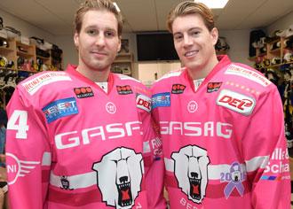Eisbären-Kapitän André Rankel (li.) und Topscorer Nick Petersen ganz in pink: Haben drei unterstützenswerte Initiativen gefunden