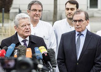 Müssen jetzt zusammenstehen: Gauck dankte am Mittwoch den Charité-Mitarbeitern für ihre hervorragende Arbeit