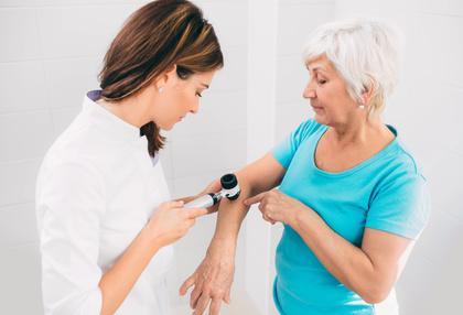 Krätze wird vom Hautarzt mit einem Dermatoskop diagnostiziert